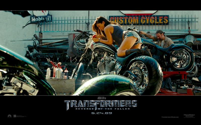变形金刚2演员 变形金刚2中女主角趴在摩托车上的图片